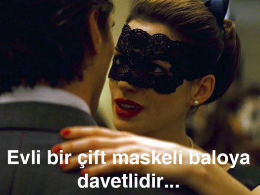 Maskeli Balo: Evli bir çift maskeli baloya davetlidir